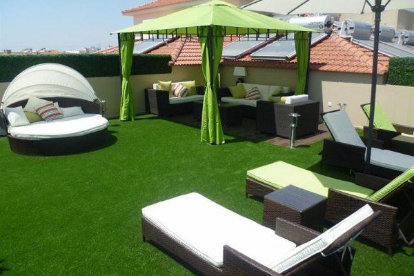 terrasse-sur-le-toit-et-gazon-synthetique