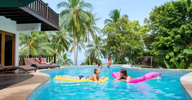 quand la piscine devient un coin convivial les actualit s sur l 39 habitat. Black Bedroom Furniture Sets. Home Design Ideas